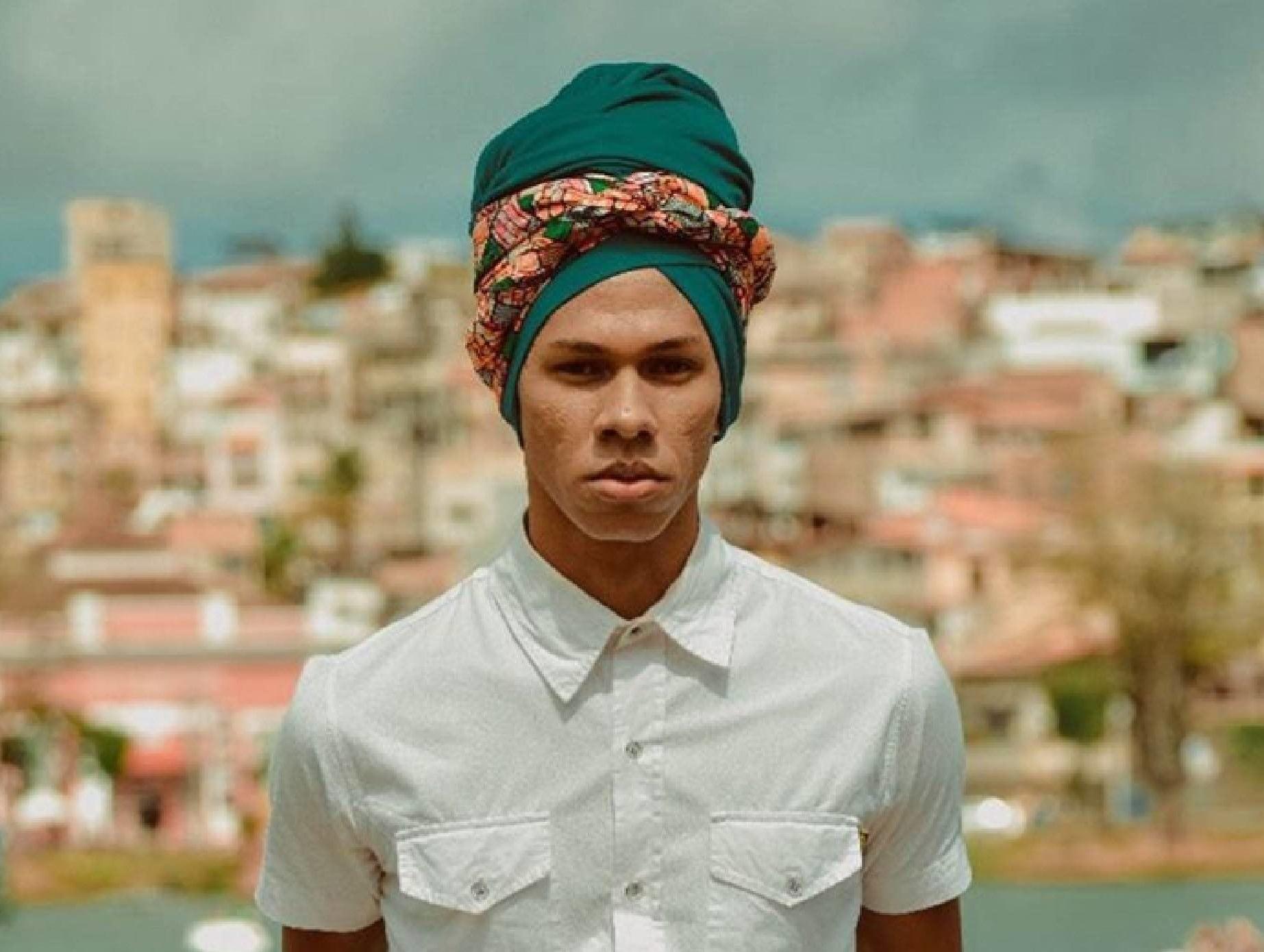 Cabelo crespo masculino com turbante