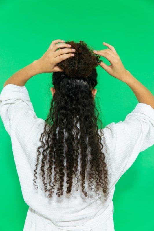 cabelo crespo cacheado longo sendo dividido