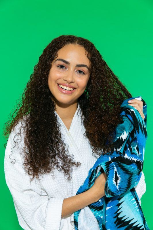 secando cabelo crespo cacheado longo com toalha