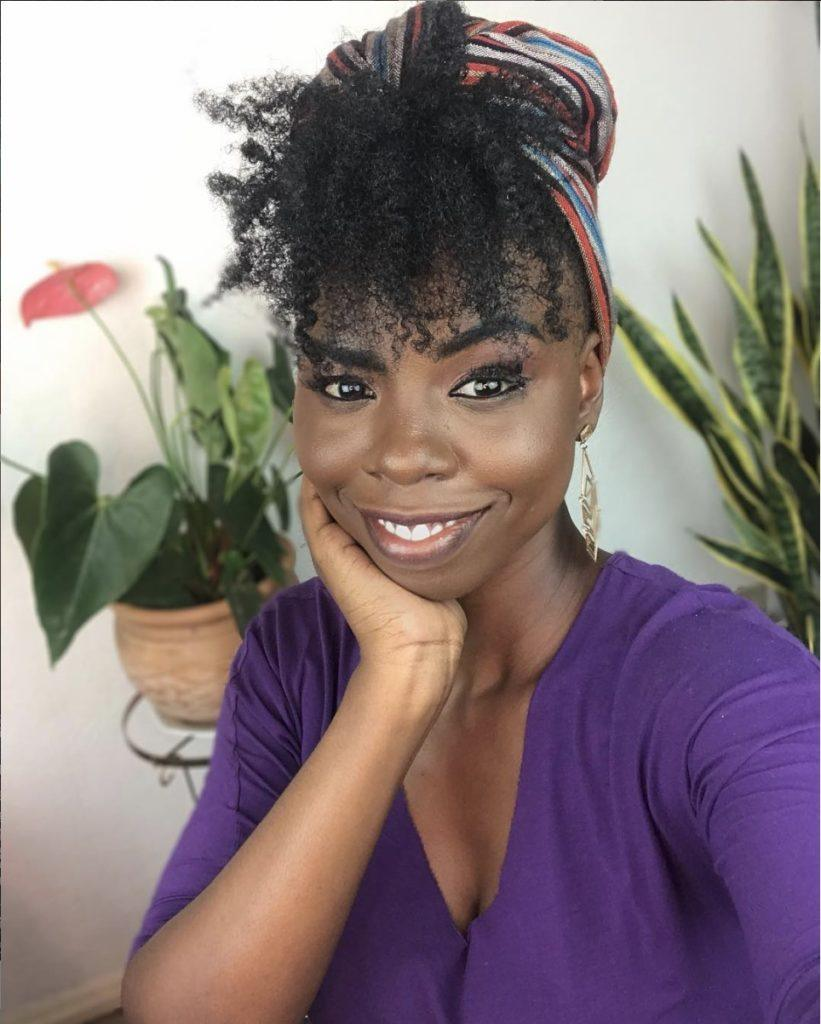 Influencer Gabi Oliveira com cabelo com franja e lenço na cabeça