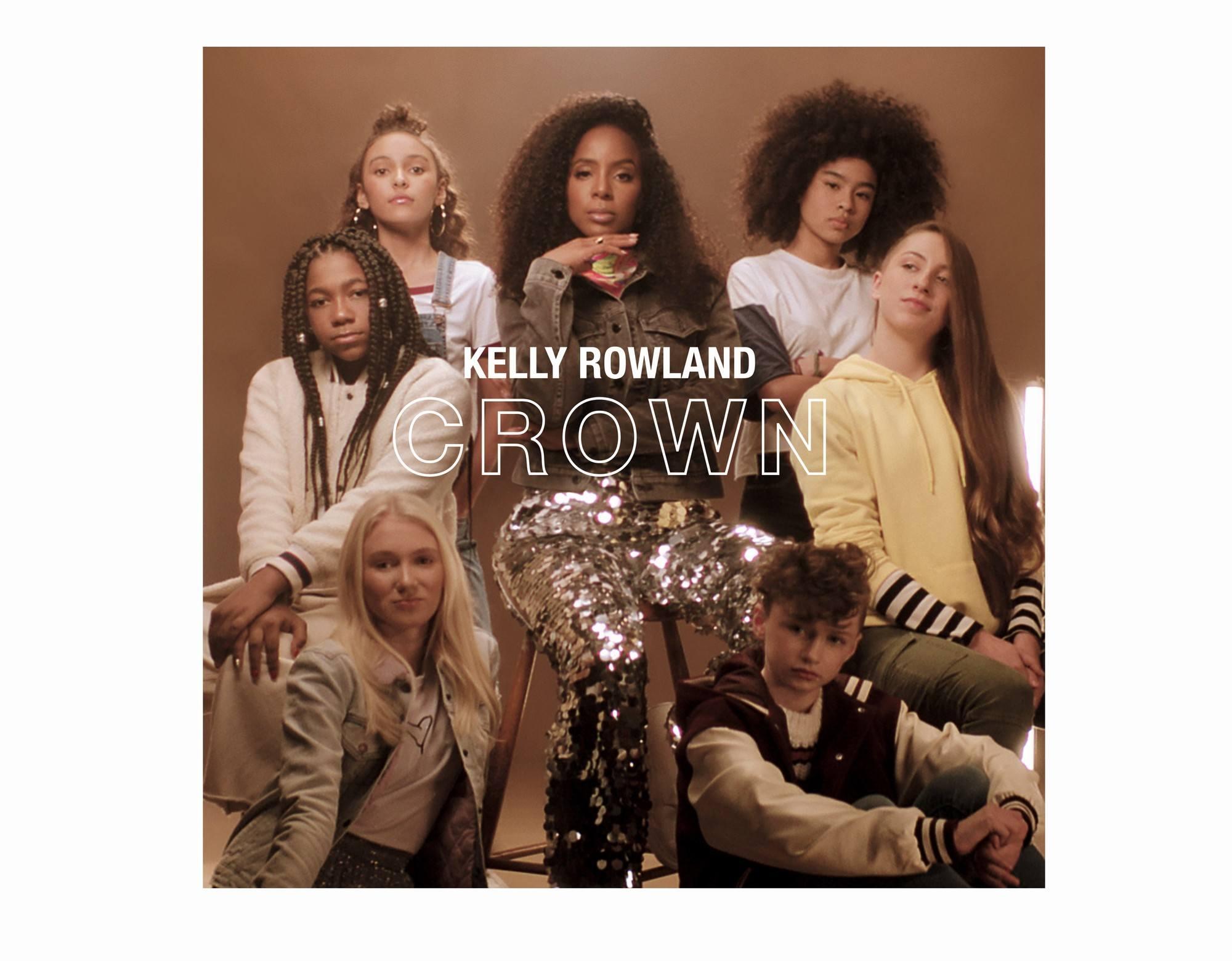 kelly Rowland e crianças que estrelaram o videoclipe Crown