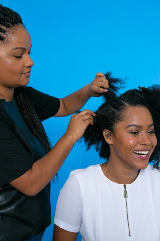 modelo de cabelo crespo com cabelo repartido em três partes