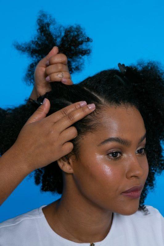 modelo de cabelo crespo com fios repartidos de lado