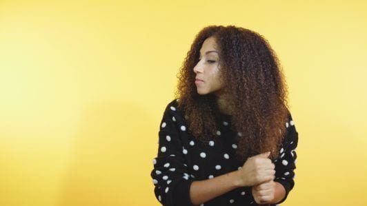 how to style curly hair: oil