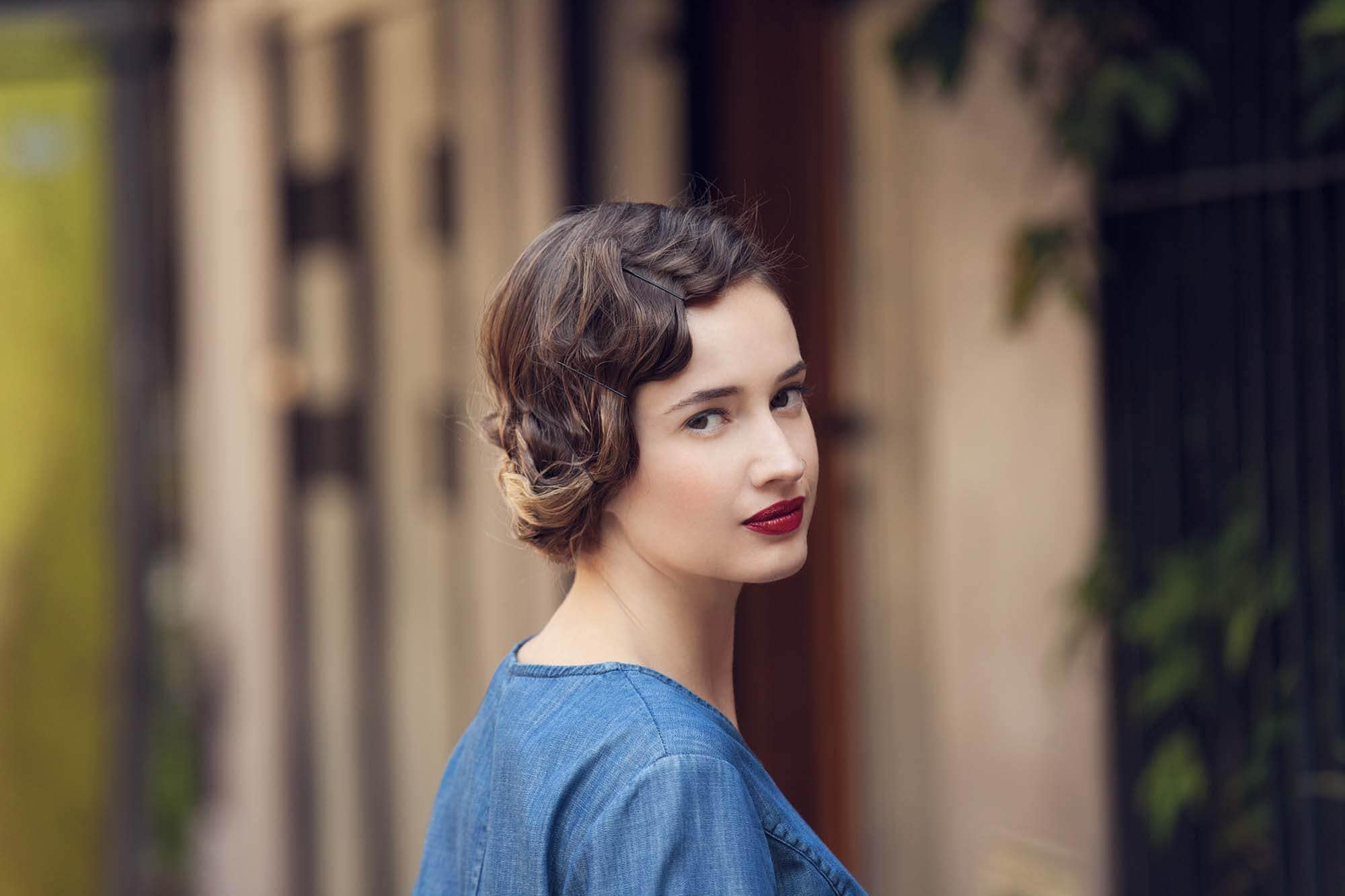 Flapper Hair Style: Tutorial: Create A Short Flapper Hairstyle On Long Hair In