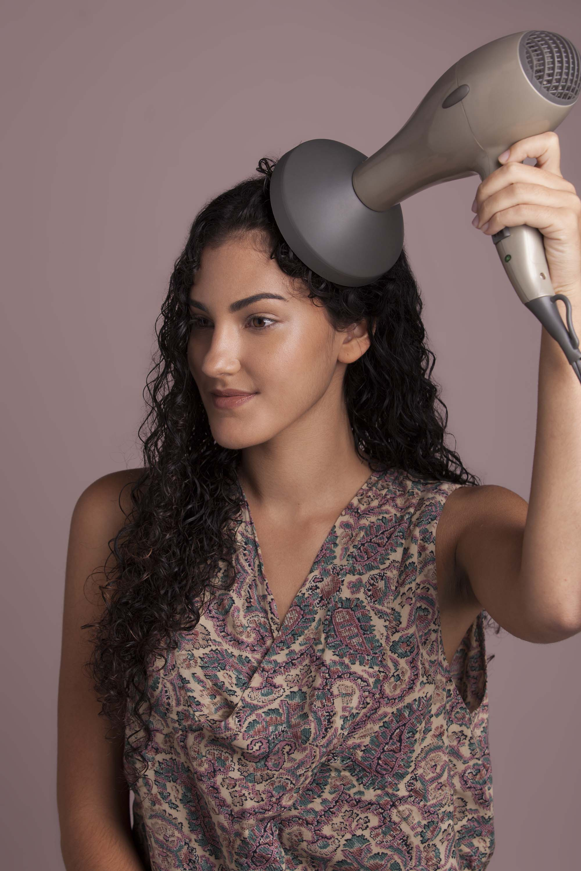 Reduce volume in curly hair diffusing step