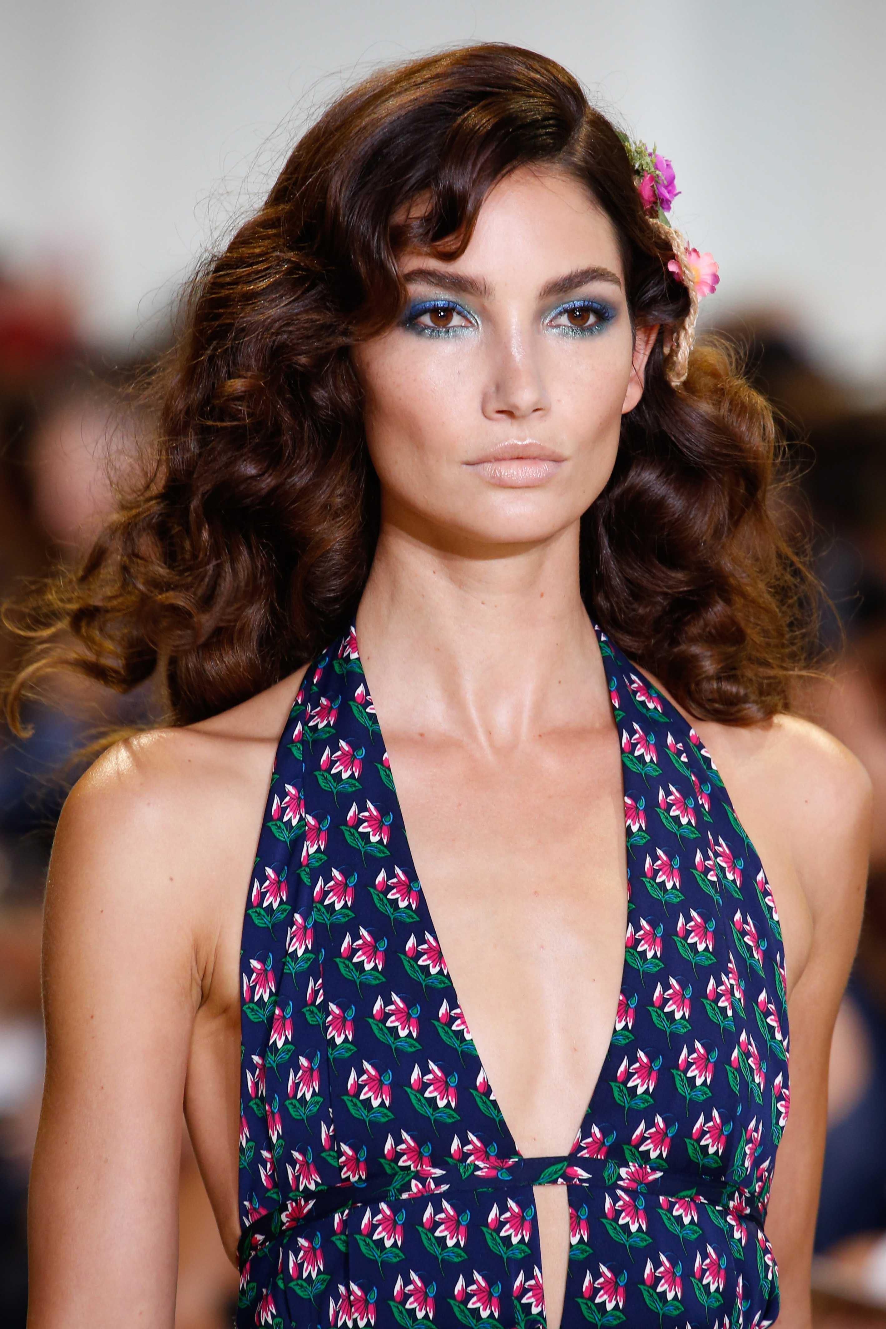 shoulder-length hairstyles for date night medium dark brown curls side part