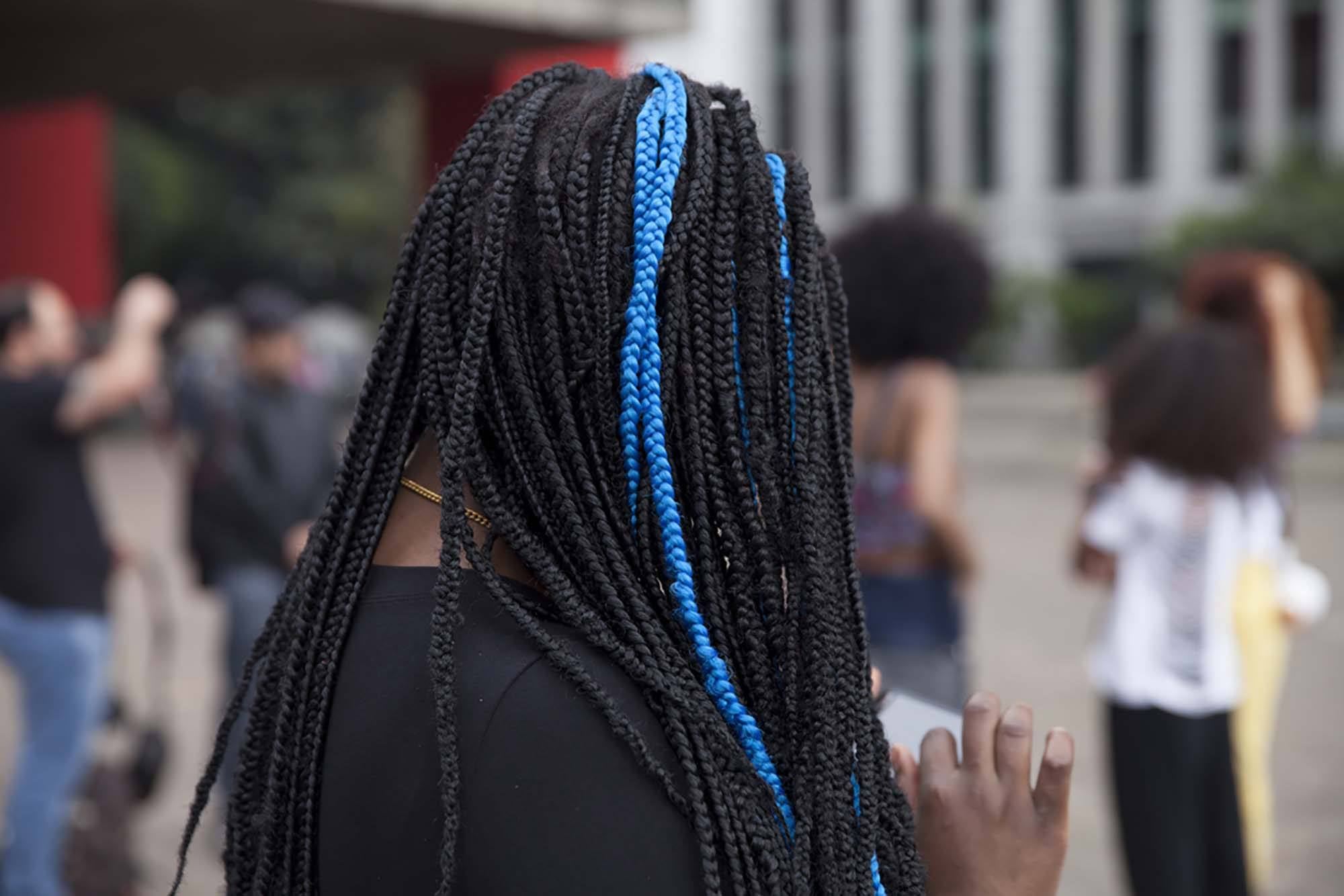 box braid hairstyle with blue streak