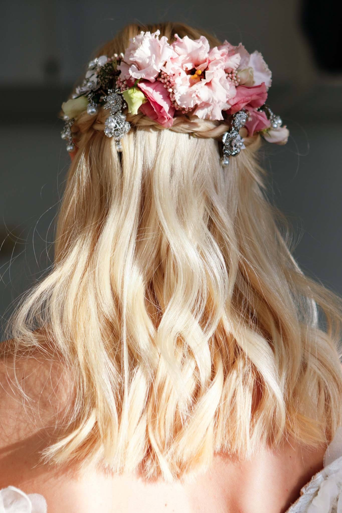 wedding hair flowers 5 dreamy looks from bridal fashion week. Black Bedroom Furniture Sets. Home Design Ideas