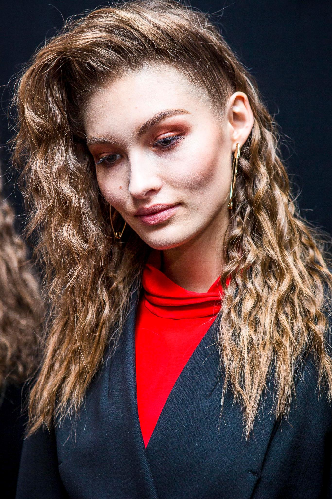 winter hairstyles for long hair crimps