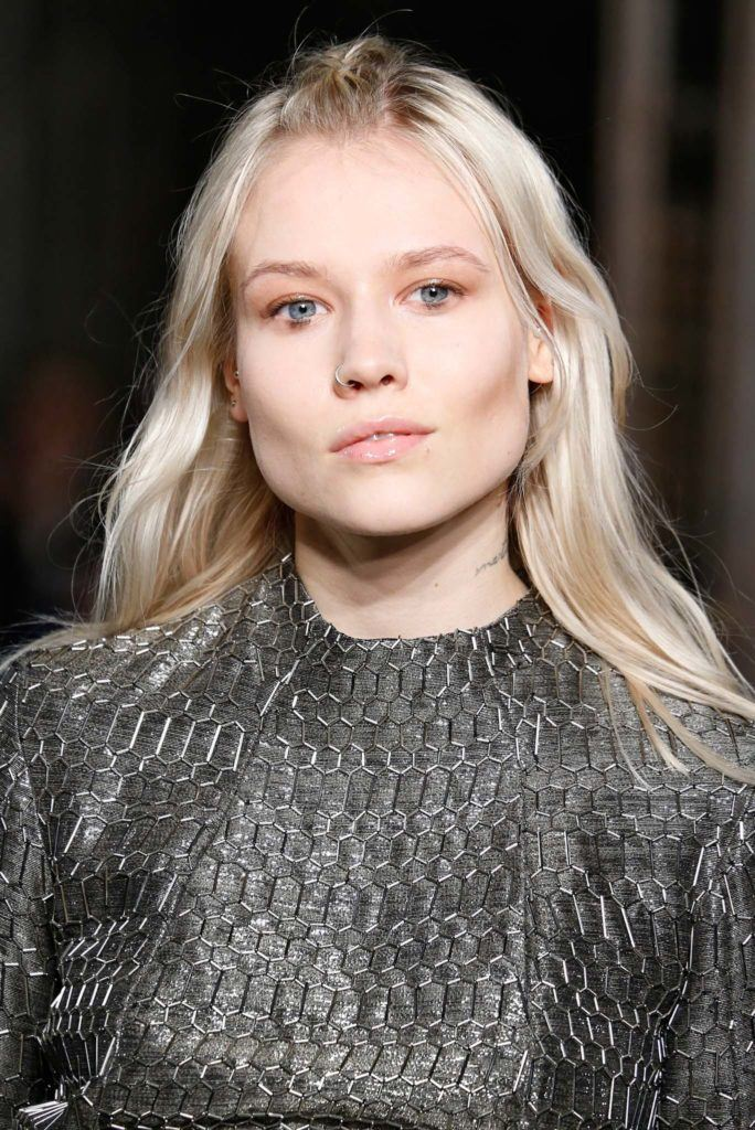 How to wear platinum colored braids