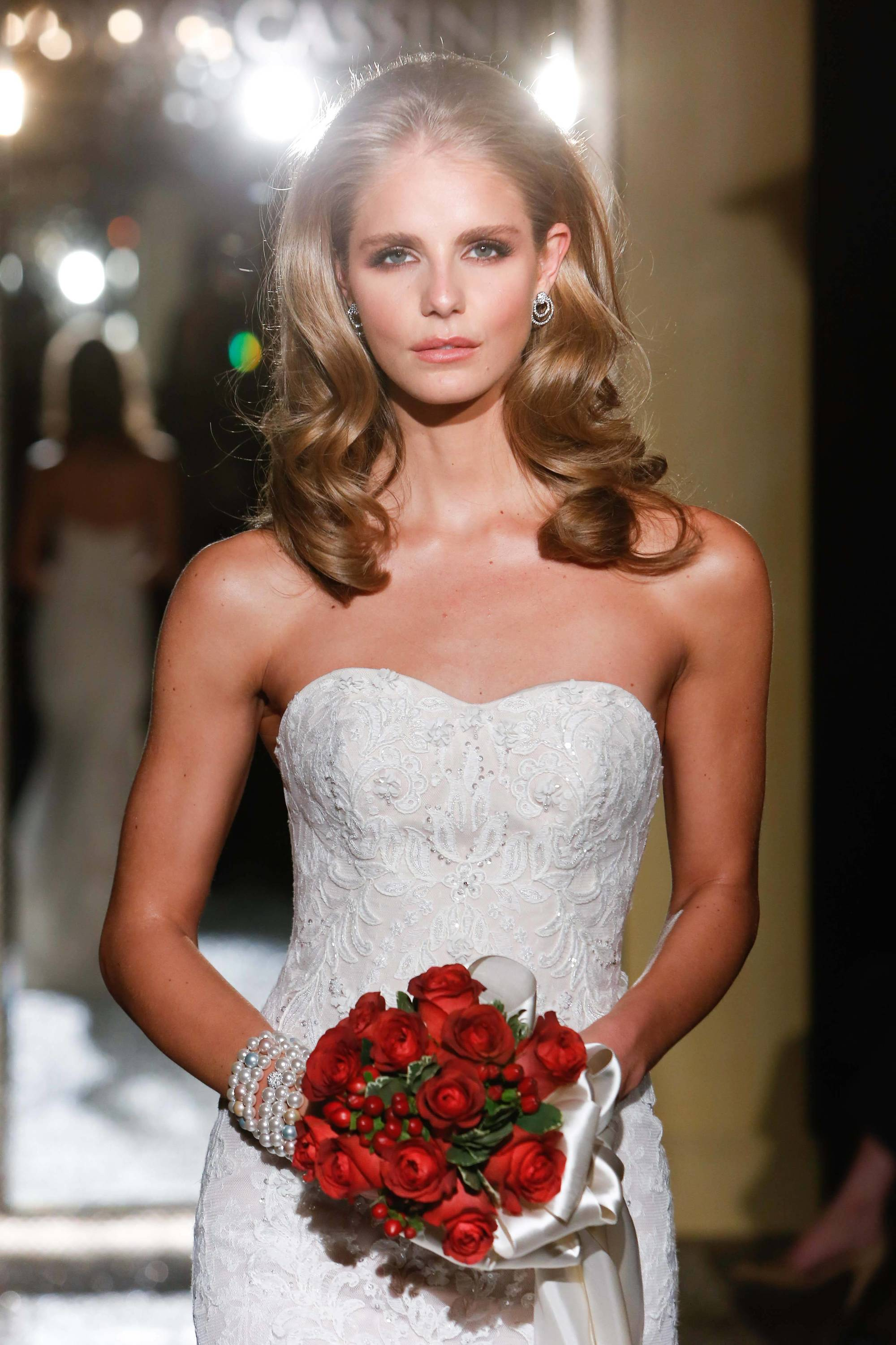 Straight Hair Ideas For Weddings include gorgeous and romantic wives.
