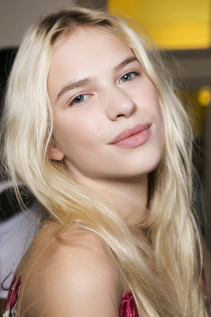 Woman with platinum blonde hair - how to wear platinum blonde hair in a healthy beach style