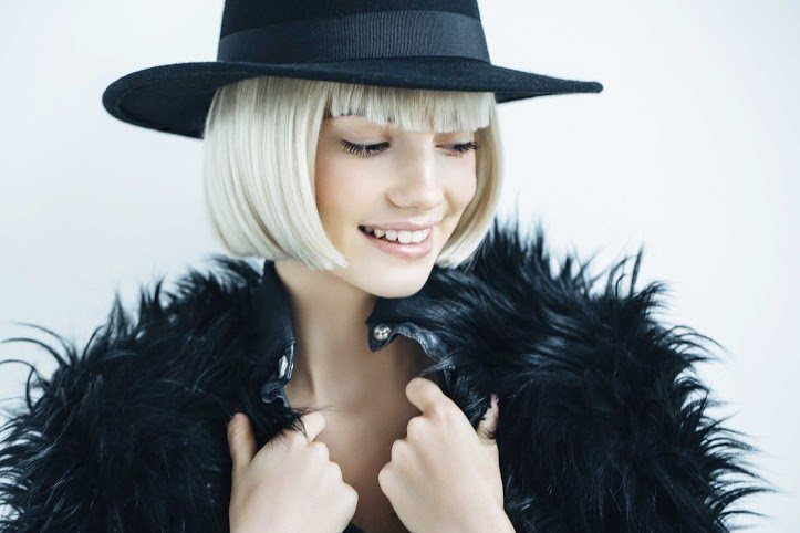 Woman with platinum blonde hair - how to wear platinum blonde hair to cover up roots