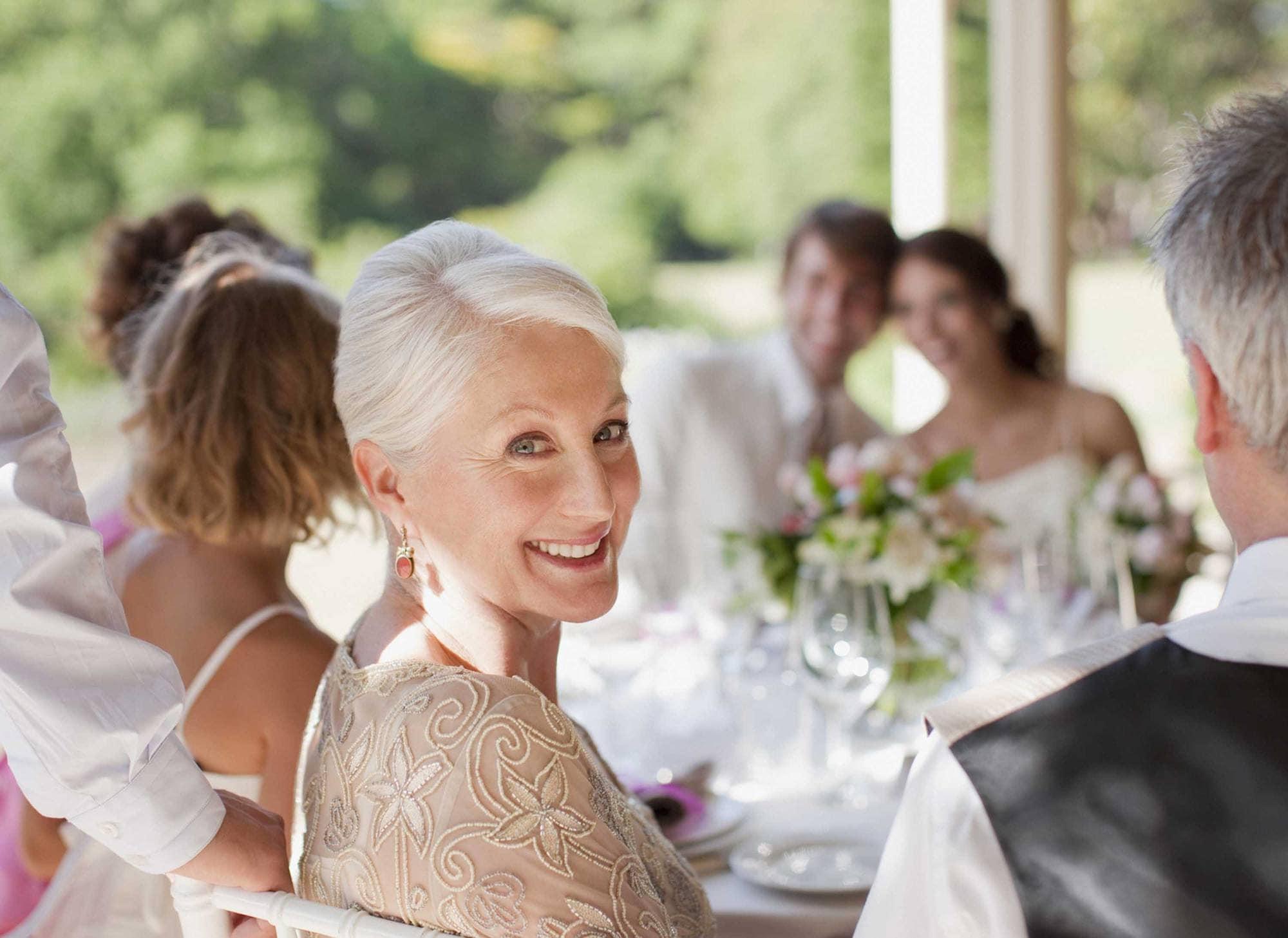 Фото причесок для мамы на свадьбу
