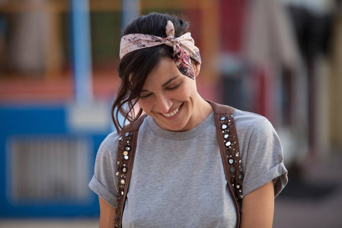 who to style a bob with a scarf