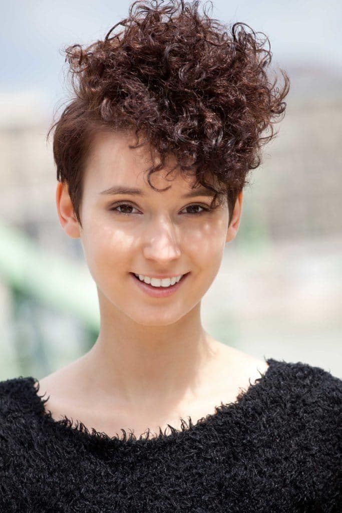 Short Haircuts For Curly Hair 24 Short Cuts For Any Curl Pattern