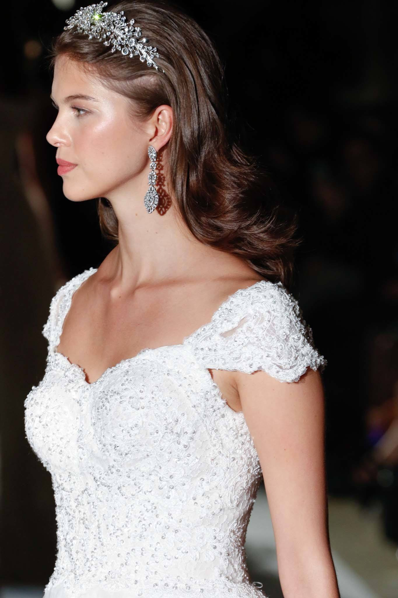 24 Simple Wedding Hairstyles for the Chic, Unfussy Bride