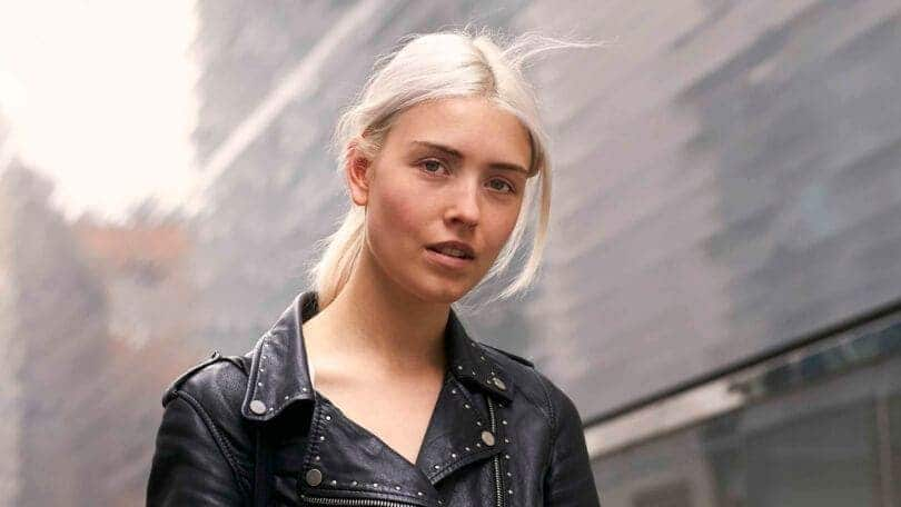bleached hair middle part ponytail