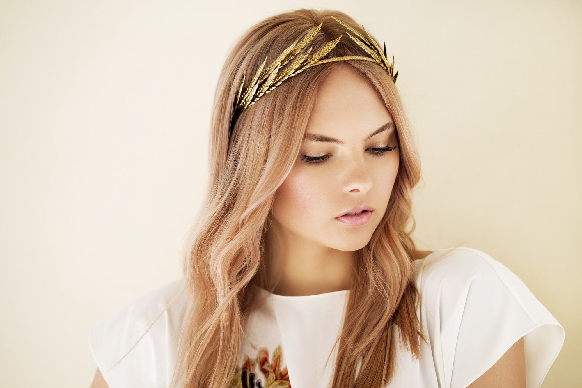 hairstyles with tiara gold leaves blonde curls
