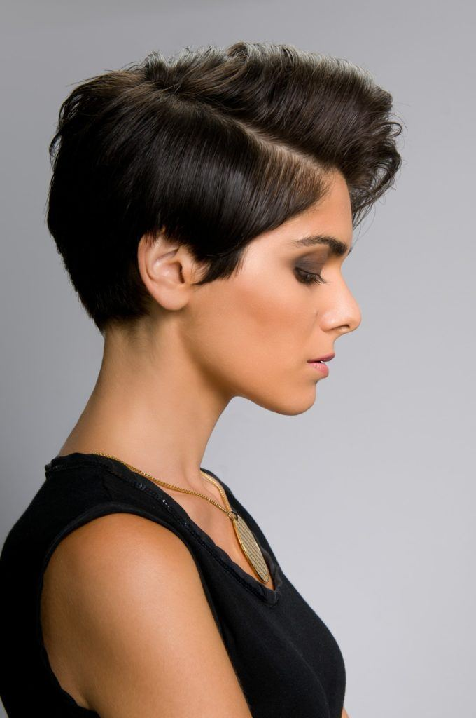 15 Short Haircuts For Oval Faces To Try Any Season