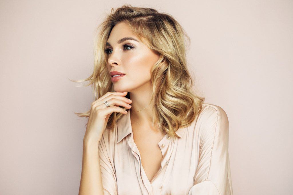 messy hairstyles rooted blonde curled lob