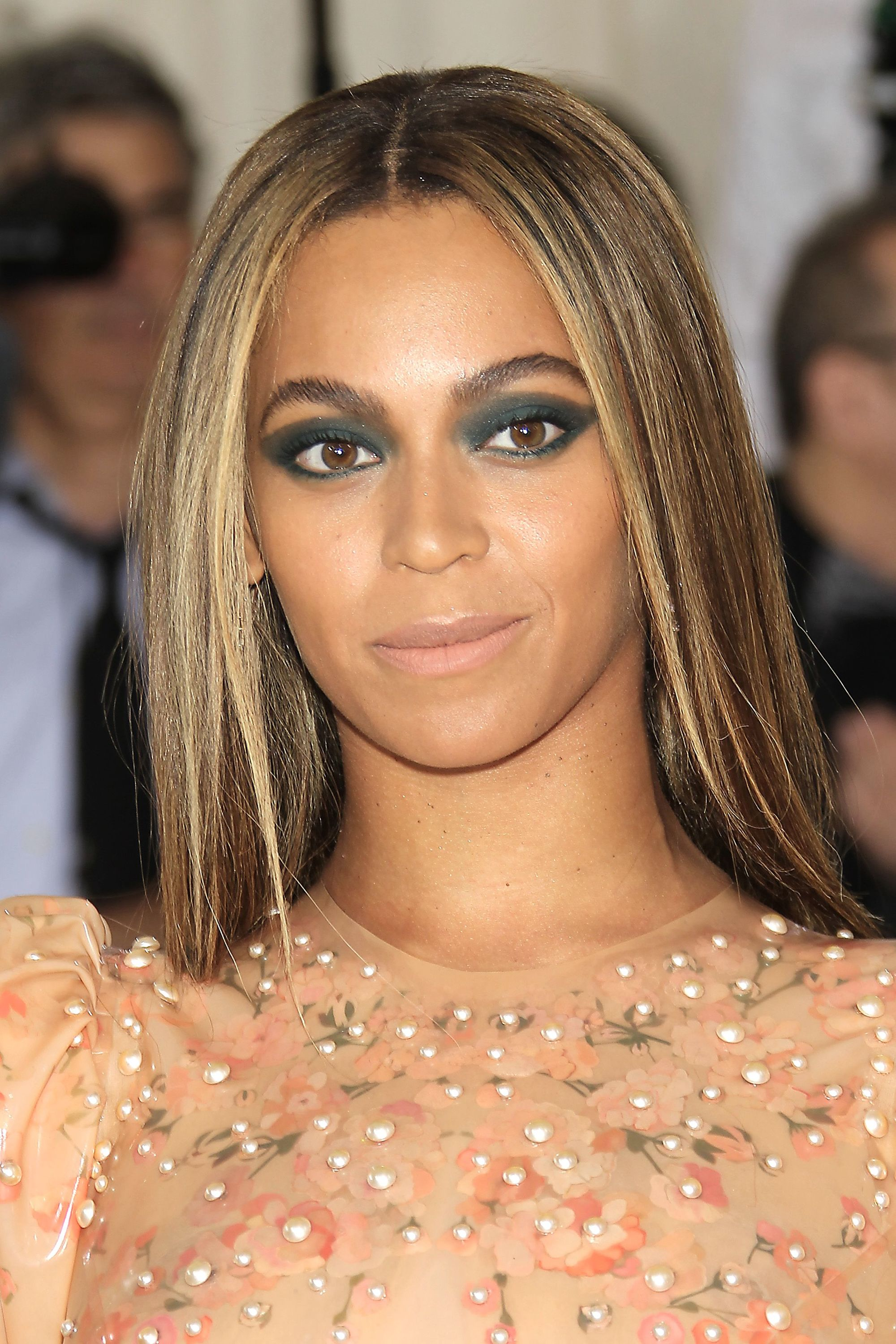 Your complete guide to styling brown hair with blonde highlights beyonce with straight brunette hair with caramel blonde highlights solutioingenieria Choice Image