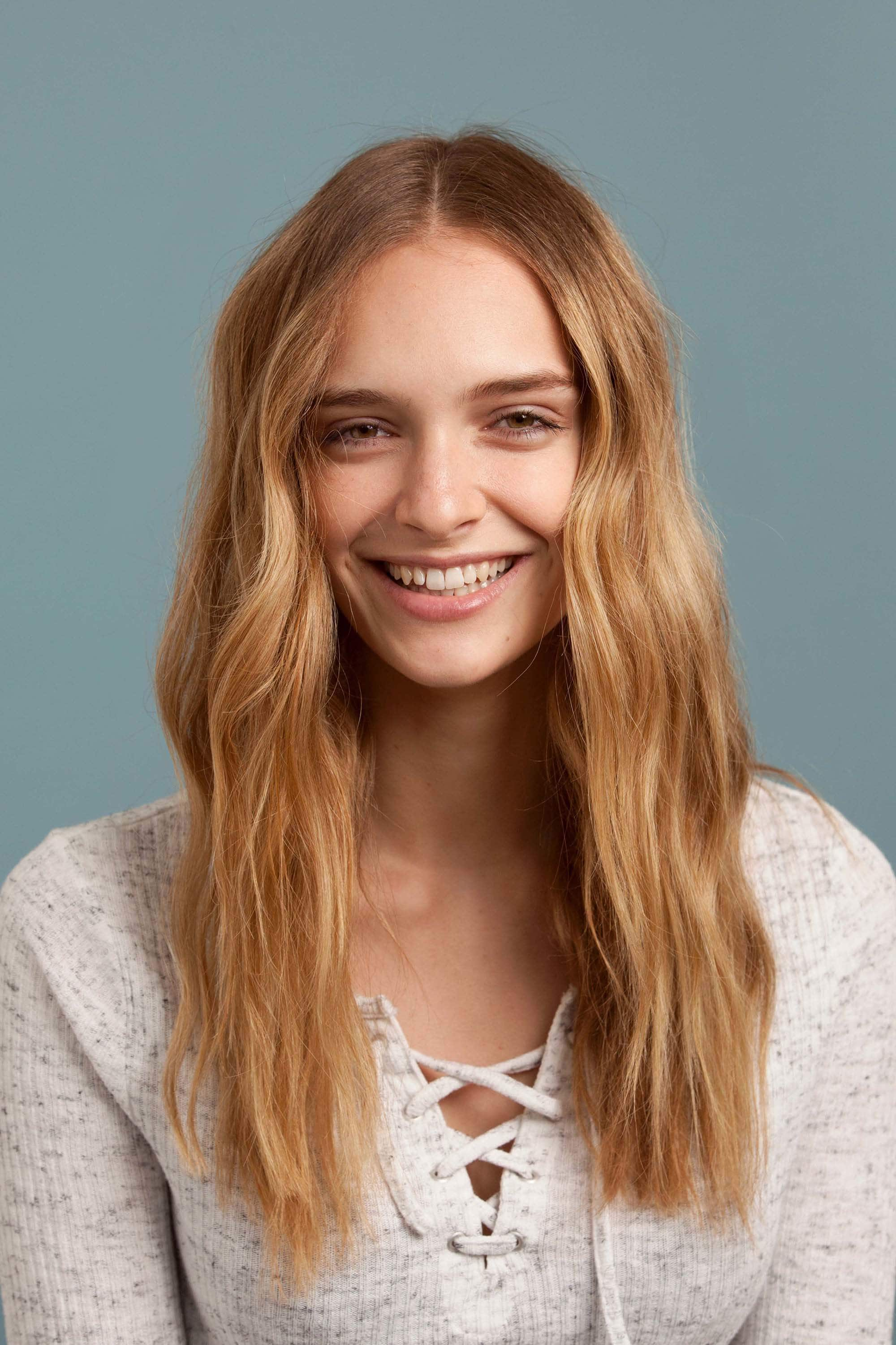 model with mid-length blonde hair and tousled waves - How to use a curling iron