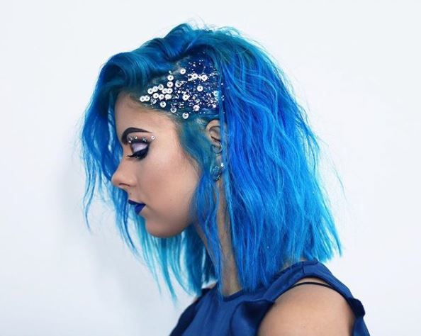 Night out hair ideas: @sophiehannahrichardson with slicked back hair on one side and glitter on medium blue waves