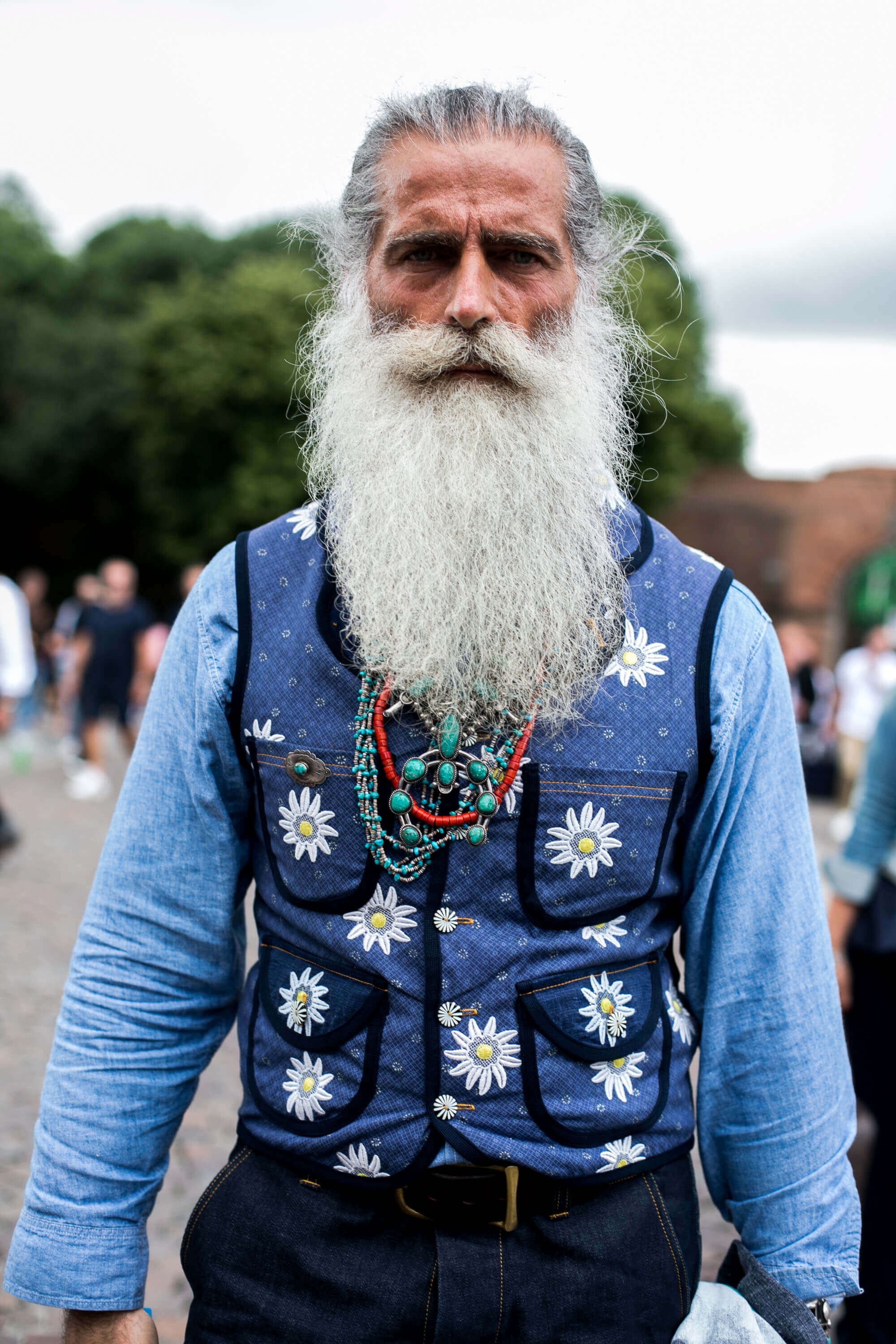 Men's hair trends grey haired man with white beard
