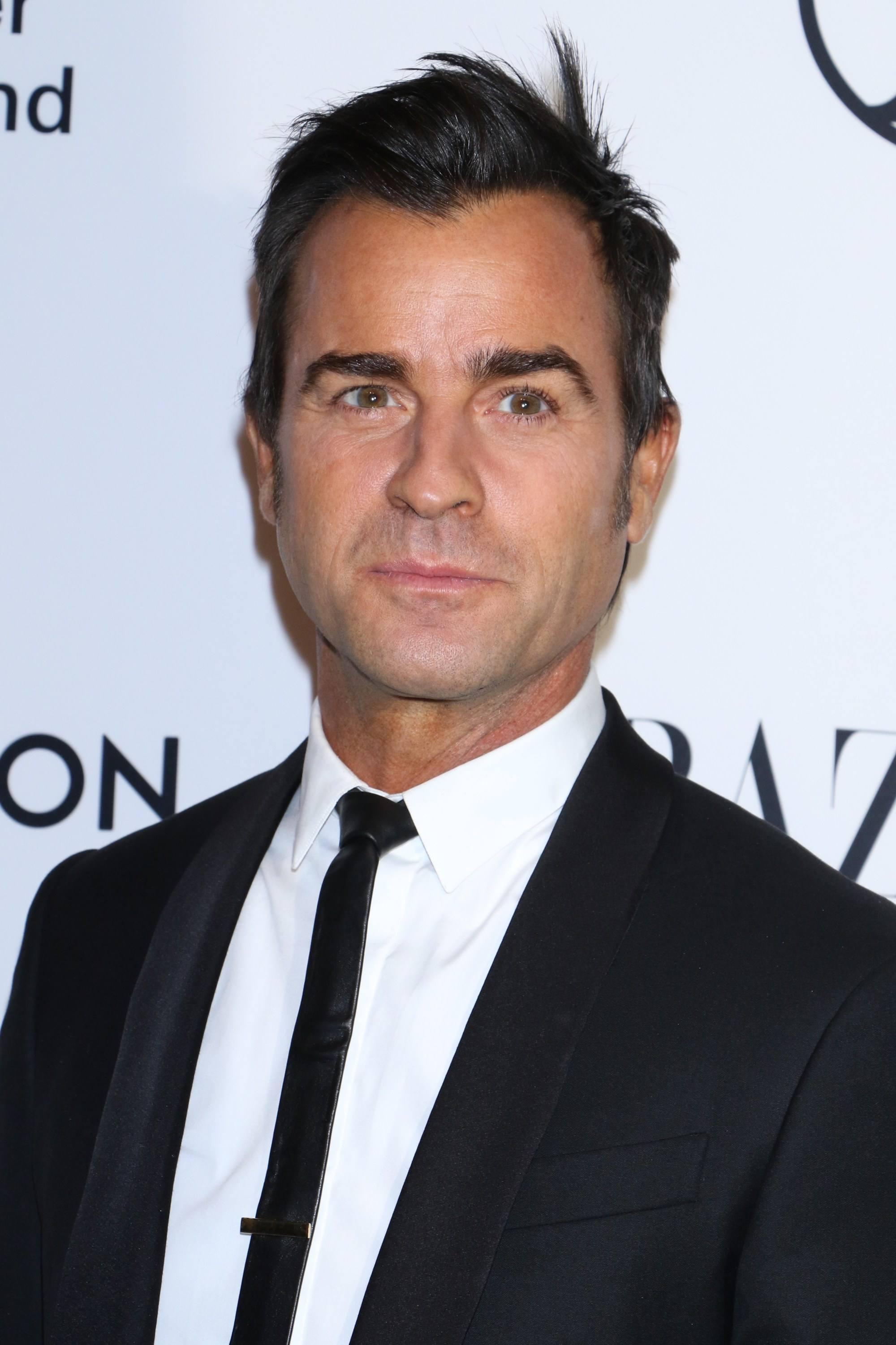 Hairstyles for men with thin hair: Justin Theroux wearing a suit and black tie with a short choppy haircut