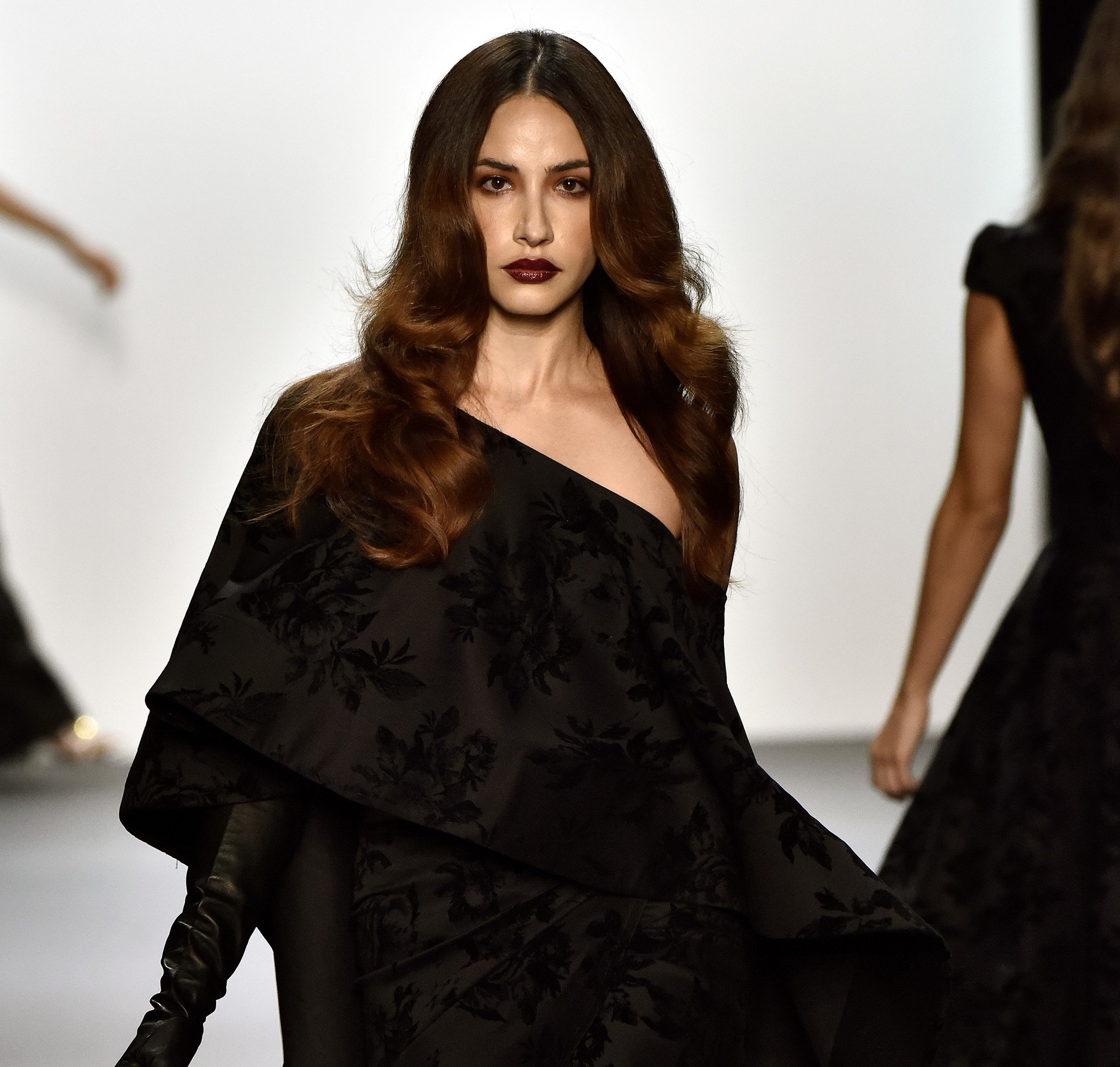 easy vintage hairstyles: close up shot of model on the Michael Costello runway with glamorous Hollywood waves, wearing all black