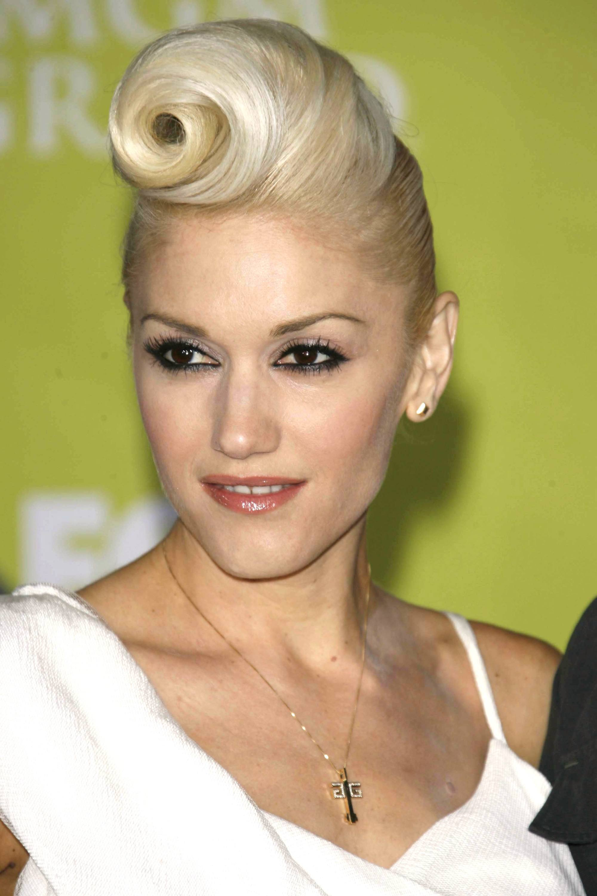 Vintage short hair: Close up shot of Gwen Stefani with a plaitnum victory rolled updo on the red carpet