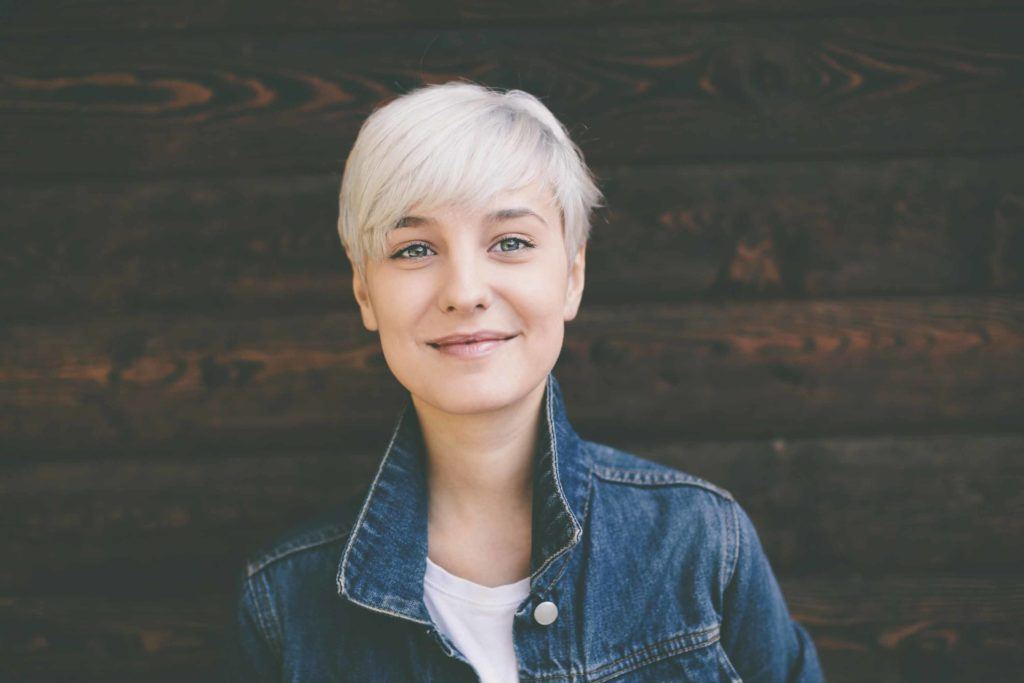 Best layered haircuts for fine hair: Platinum blonde layered pixie