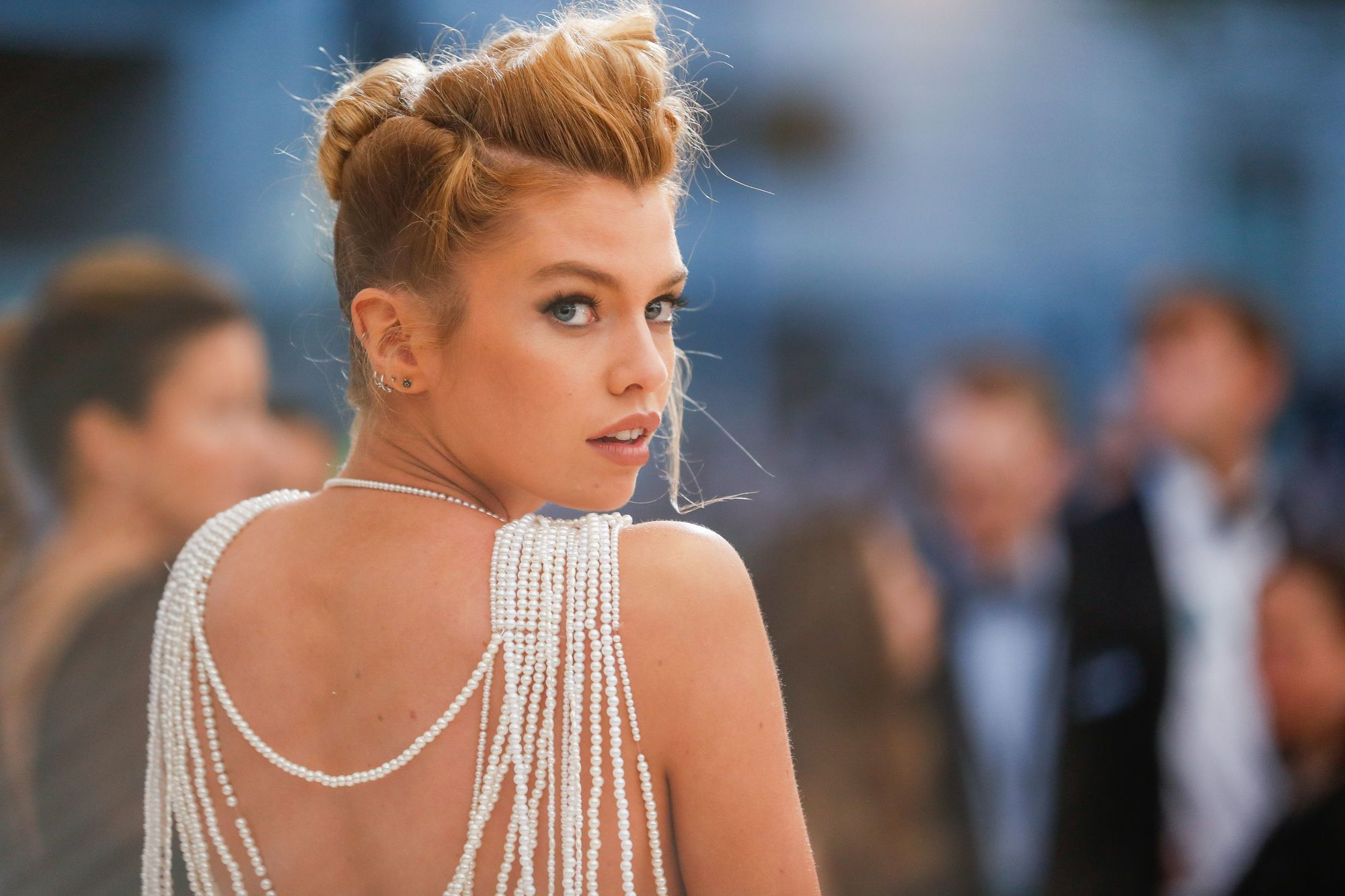 Vintage short hair: Close up shot of Stella Maxwell with short bronde hair styled into a quiff at the front and a bun updo at the back on the red carpet