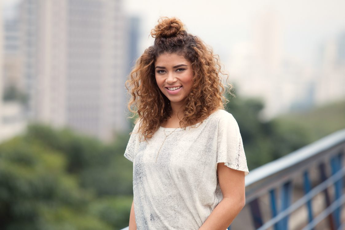 Easy hairstyles for back-to-school: the curly hun