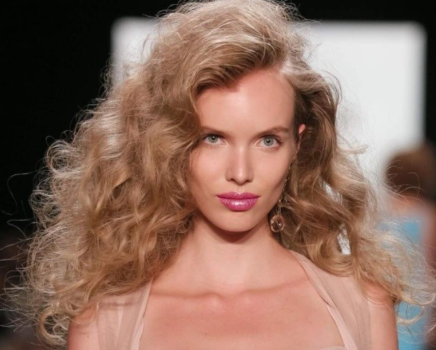 1980s hairstyles for ultra modern results 15 stylish ways to 1980s hairstyles model with hot rolled brushed out curls on the runway urmus Image collections