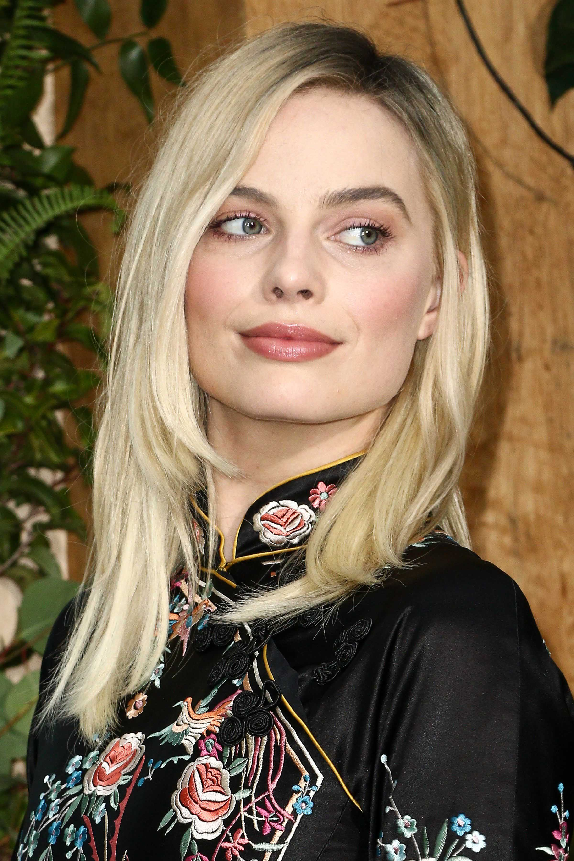 celebrity hair: All Things Hair - IMAGE - 2016 Margot Robbie blonde hair layers