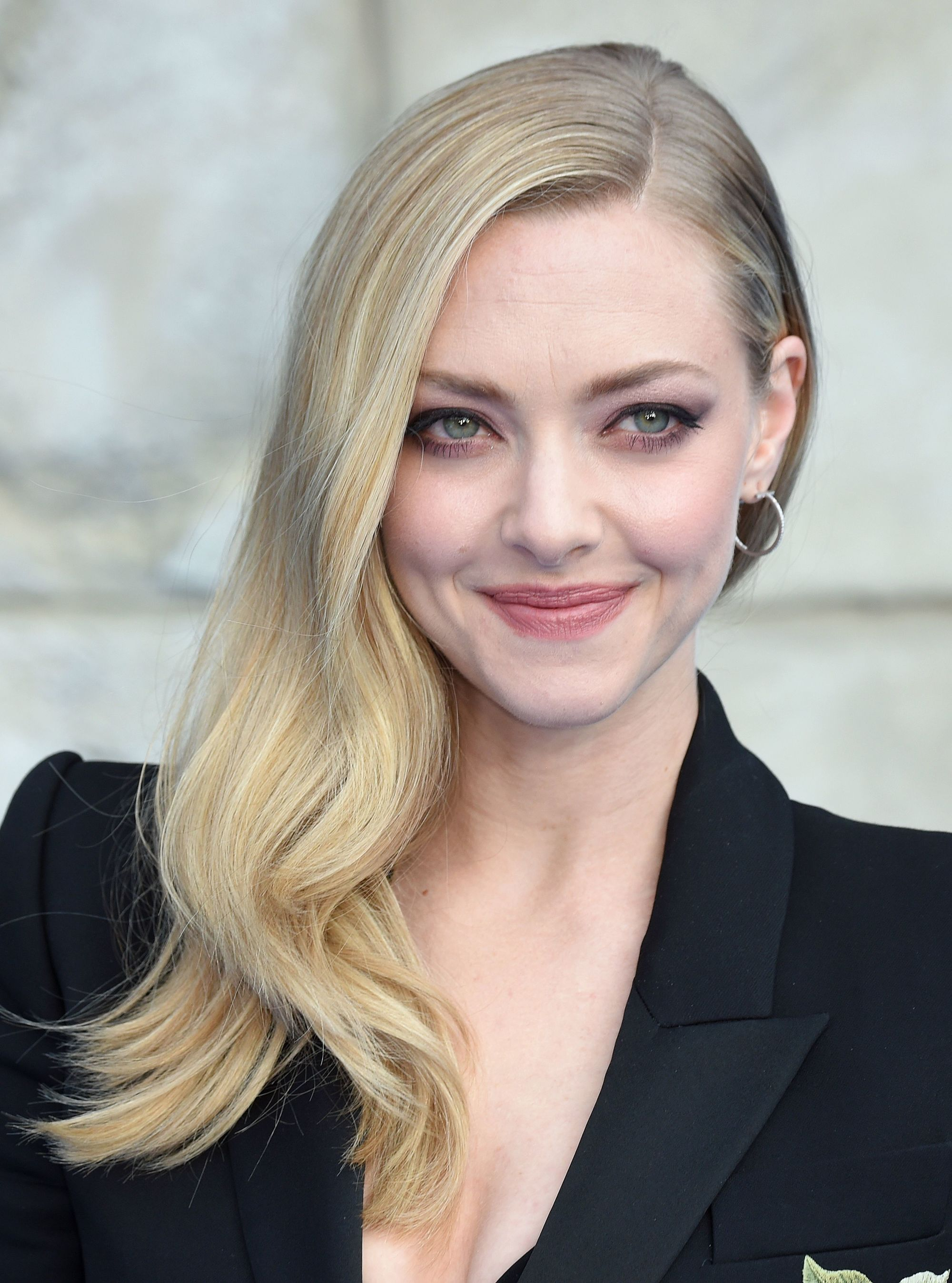 Side hairstyles: Amanda Seyfried with light blonde medium length hair in side-swept Hollywood waves