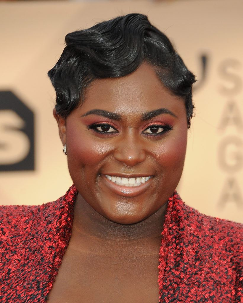 orange is the new black star danielle brooks at the sag awards 2018 with finger curls 20s hair