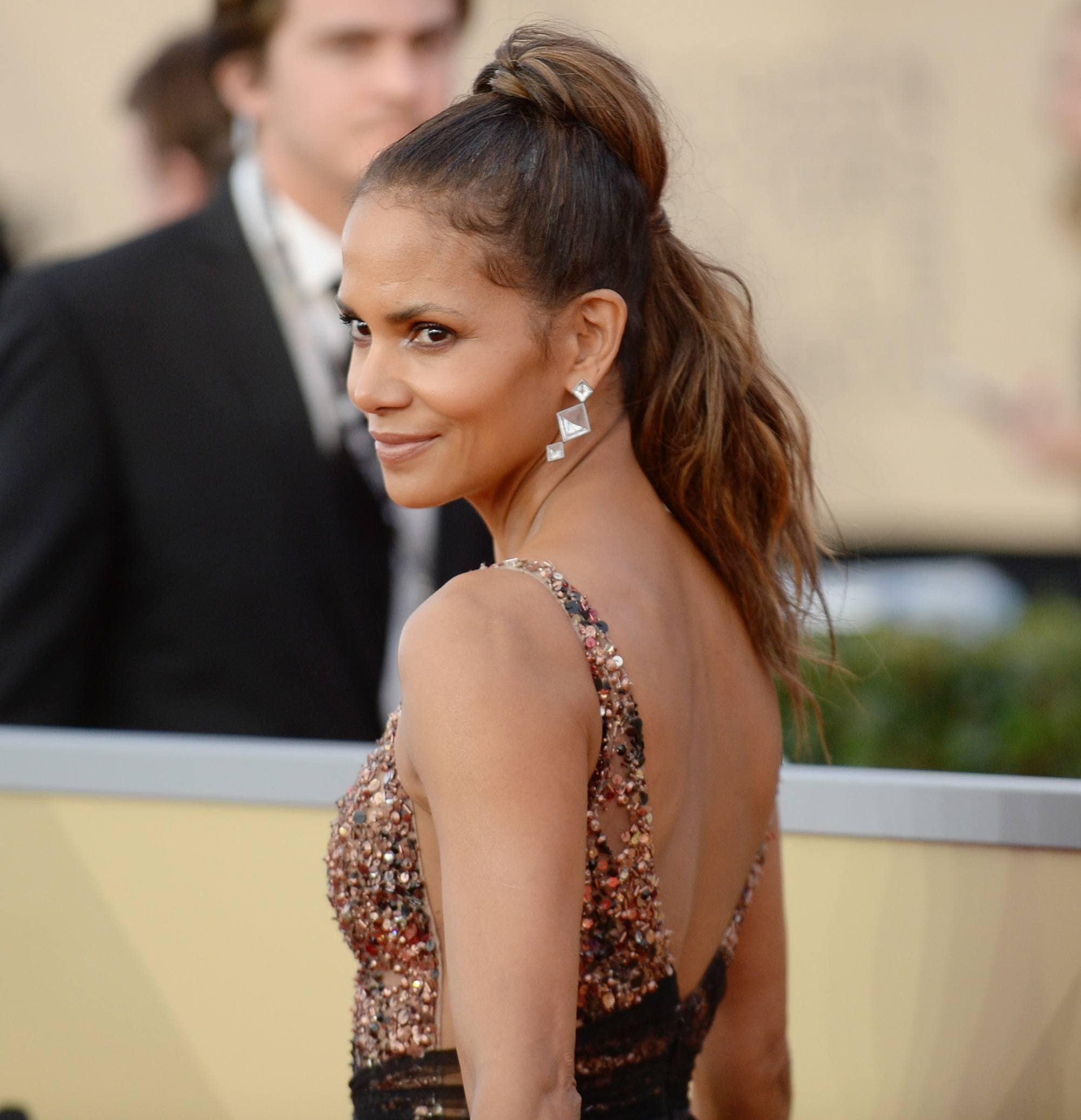 actress halle berry at the 2018 sag awards with a high ponytail