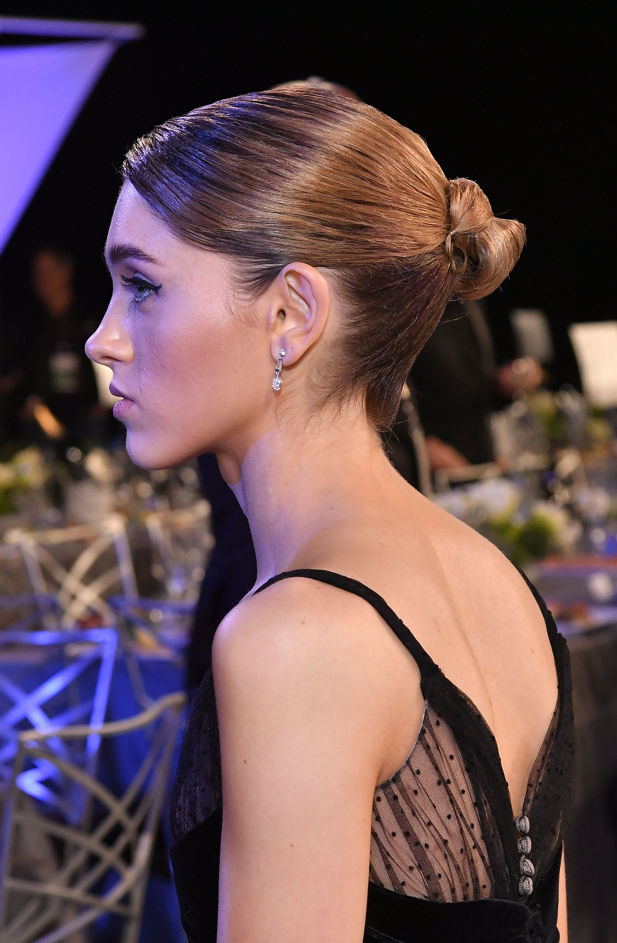 stranger things star natalia dyer at the 2018 sag awards with a ballerina chignon