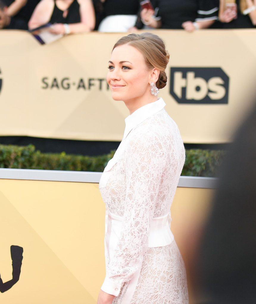 the handmaids tale star yvonne strahovski at the 2018 sag awards with a double bun hairstyle