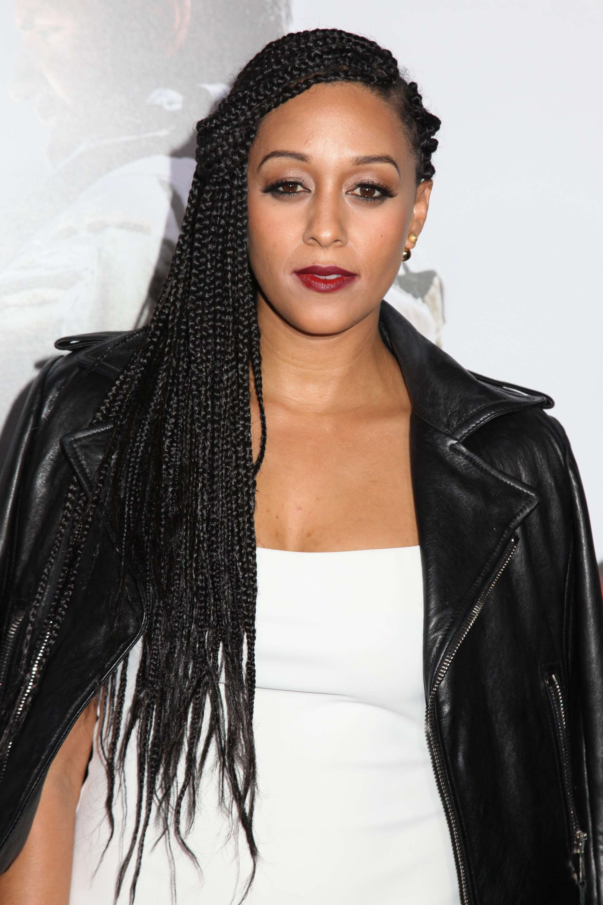 Box braids gallery: Tia Mowry with box braids to the side