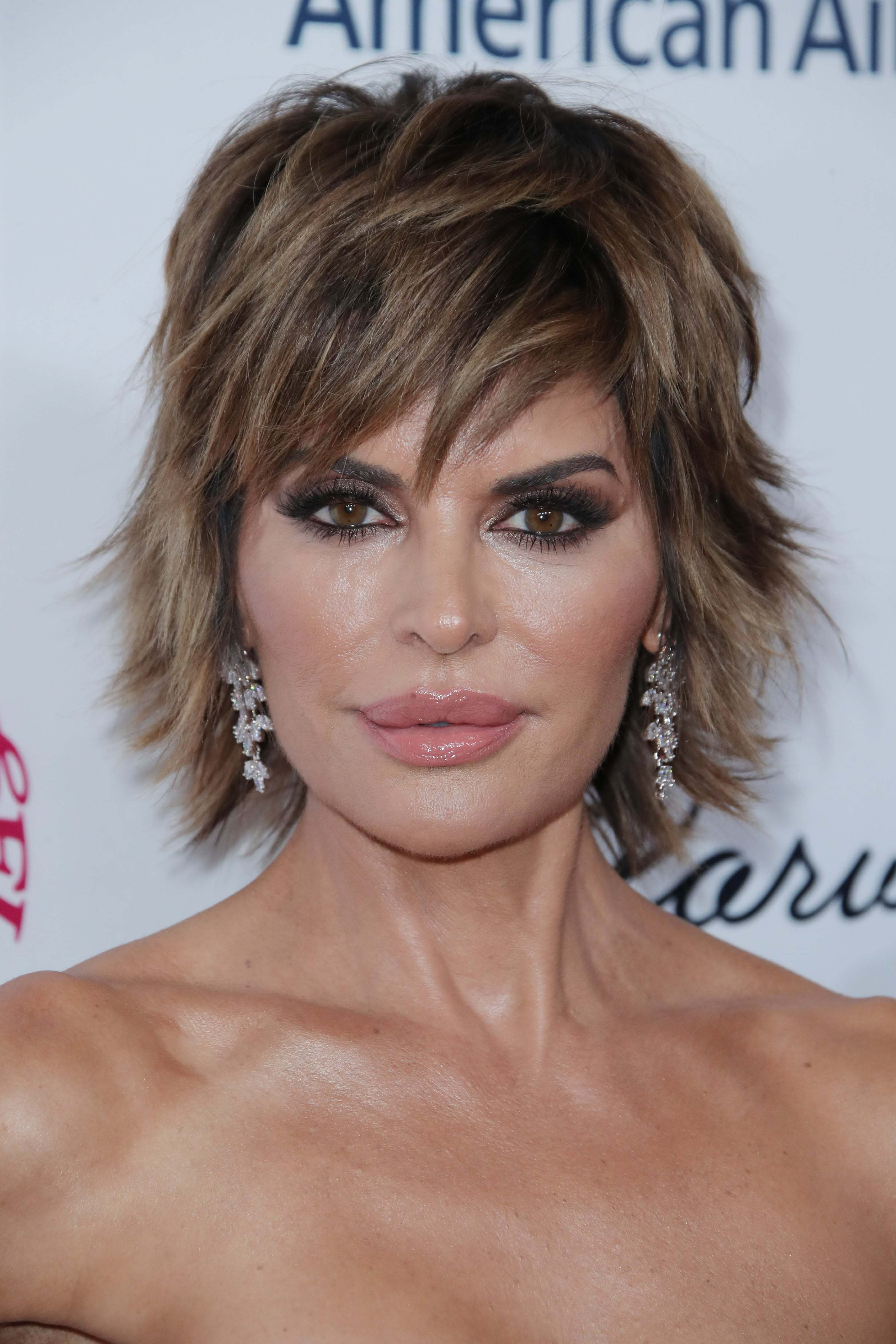 short hairstyles for women over 40: Lisa Rinna with feathered layered short haircut