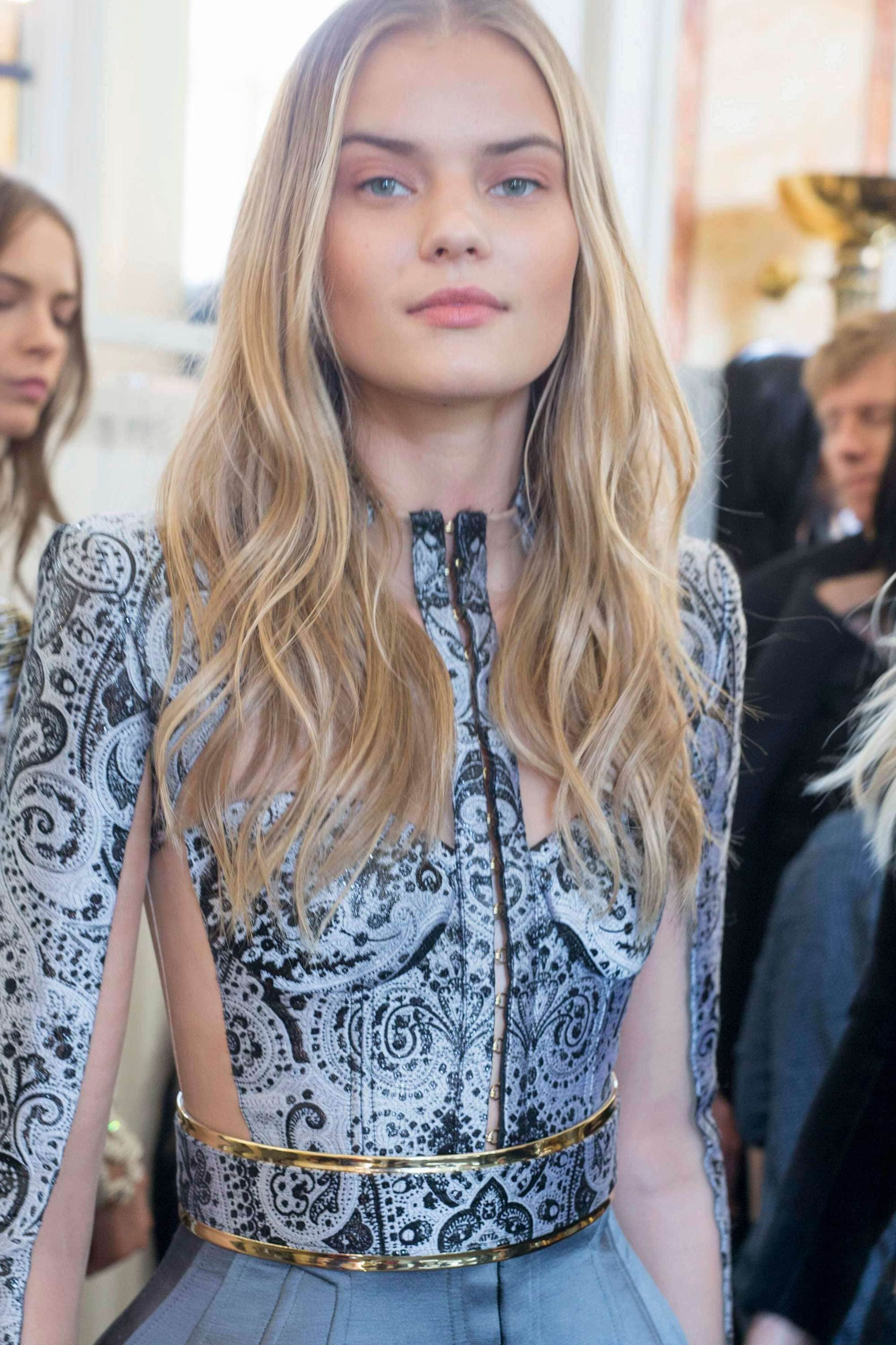 hairstyles for wavy hair: model backstage with long blonde wavy hair