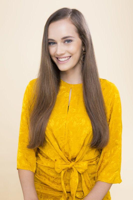 Overnight curls tutorial: medium brown hair model with long straight hair