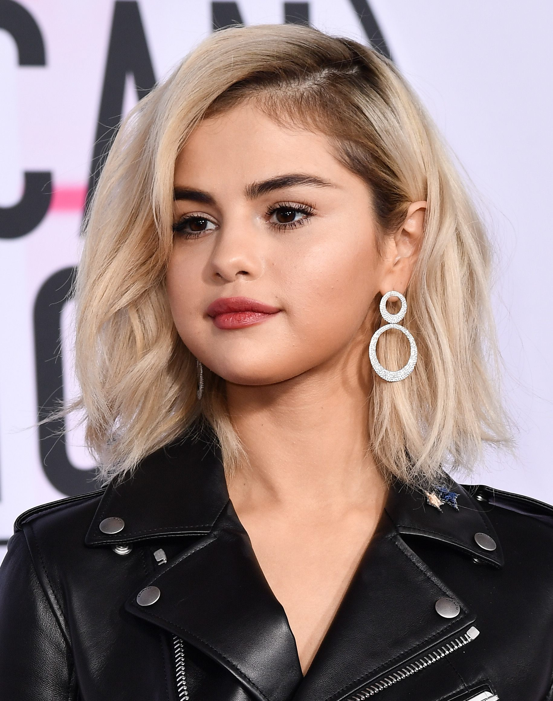 selena gomez with bleach blonde long choppy bob and dark roots