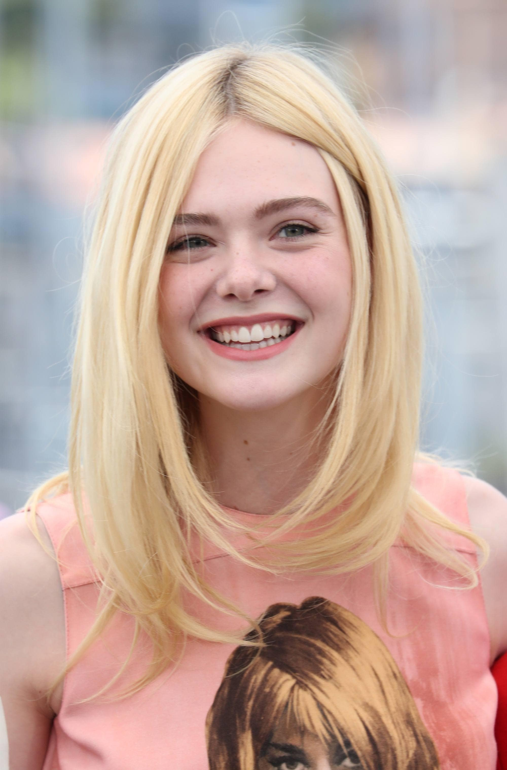 Shoulder length layered hair: blonde american actress elle fanning with shoulder length hair with long layers