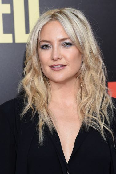 Kate Hudson mid length blonde hair with wavy finish